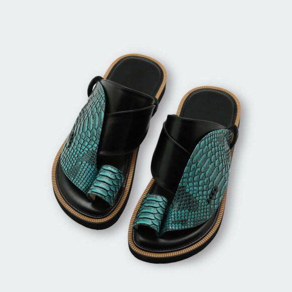 حذاء شرقي عصري