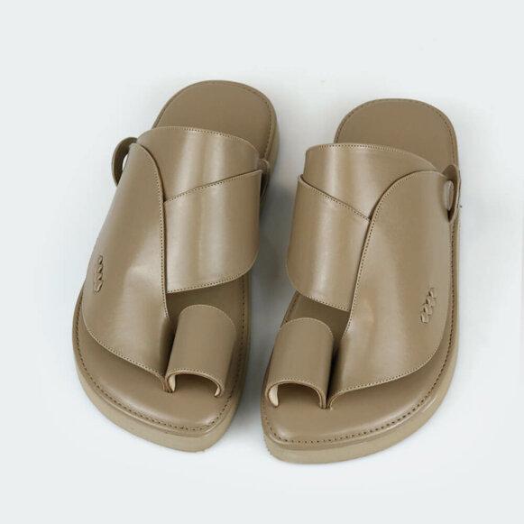 حذاء بني شرقي