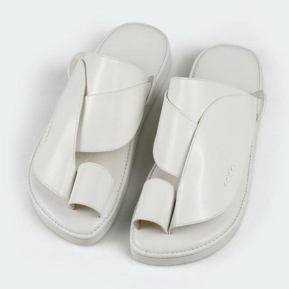 حذاء أبيض شرقي