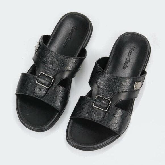 حذاء باللون الأسود فاخر