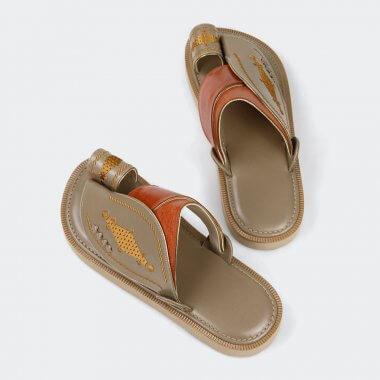 حذاء شرقي بني مطرز