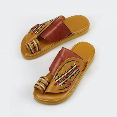 حذاء شرقي مطرز